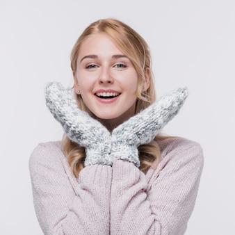 Смайлик молодая женщина с перчатками