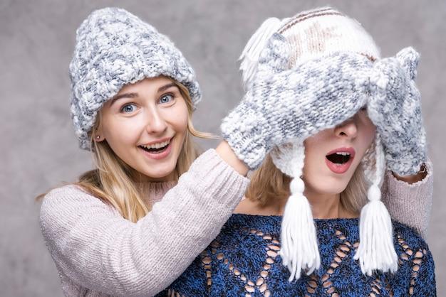 冬の手袋を持つ若い女の子の正面図