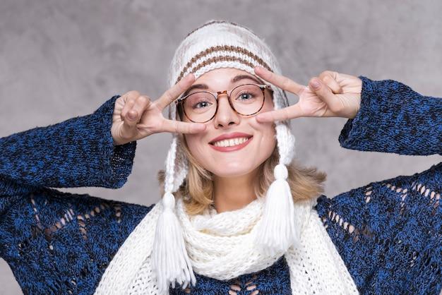メガネで笑顔の女性の肖像画