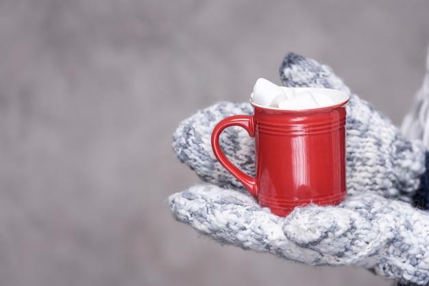 マシュマロで満たされたクローズアップマグカップ