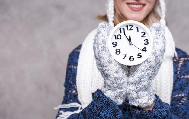 時計と正面の大人の女性