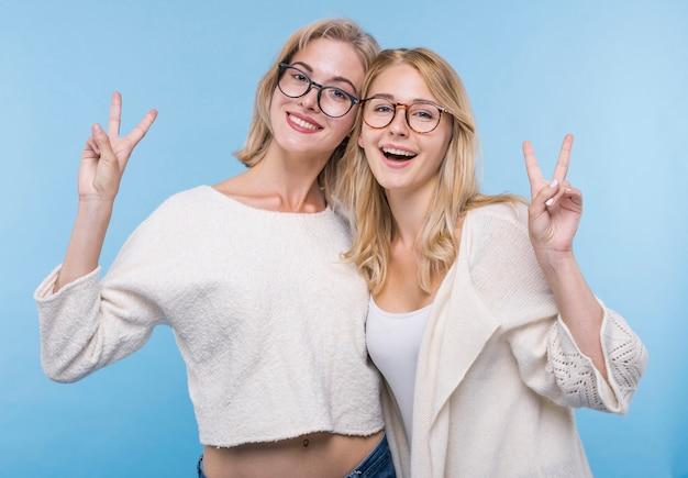 一緒にメガネで幸せな若い女の子