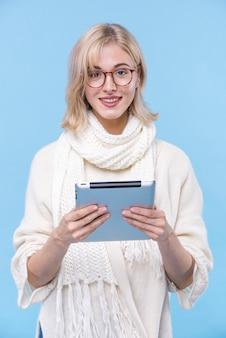 眼鏡を持つ若い女性の肖像画