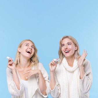 Счастливые молодые девушки смеются вместе