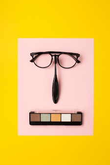 黄色の背景に化粧品アクセサリーのフラットレイアウト