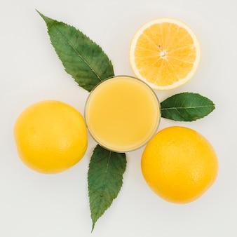 クローズアップの新鮮でオーガニックのオレンジジュース