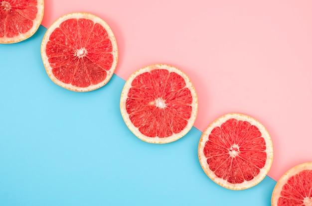 Вид сверху ломтики грейпфрута на столе