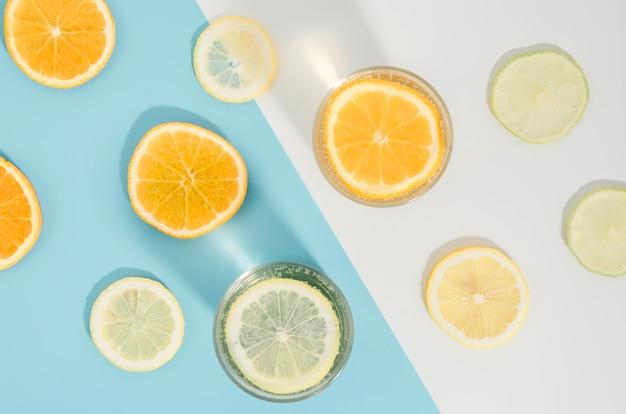 トップビューオレンジとレモンのスライス