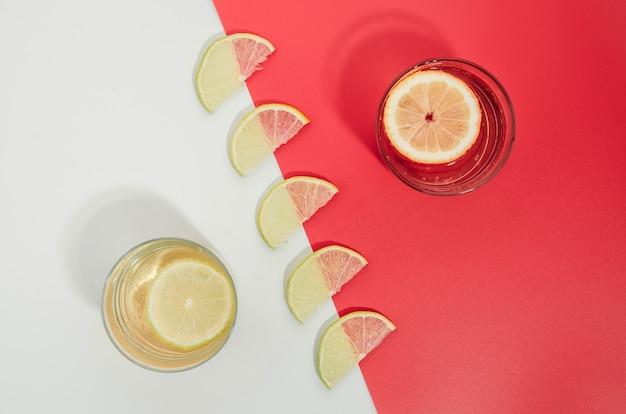 Ломтики лимона и сок на столе