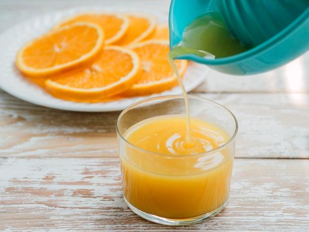 自宅でのオレンジジュースのプロセス