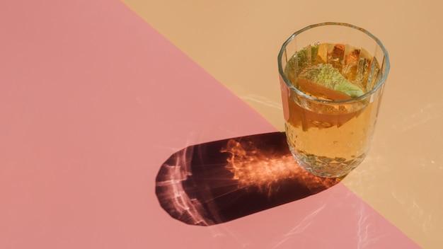 ストローで透明なガラスの梨ジュースのスライス