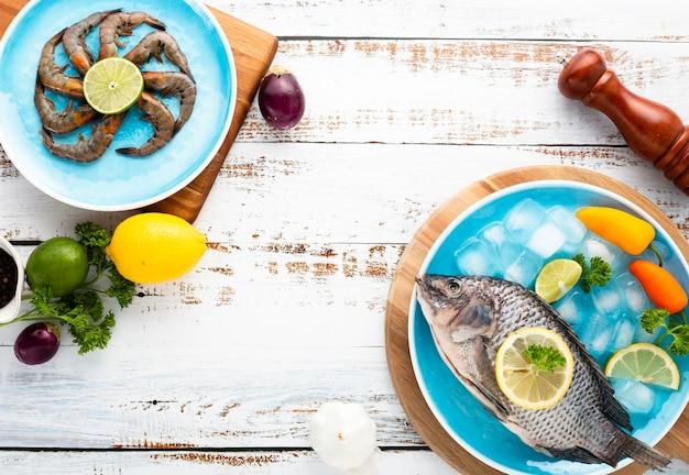 木製の背景においしい食べ物とフラットレイアウト配置