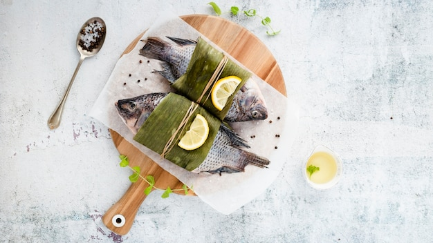 おいしい魚と漆喰の背景を持つフラットレイアウトの品揃え