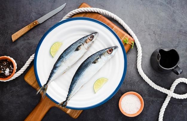 Вид сверху украшения с вкусными рыбками на тарелке
