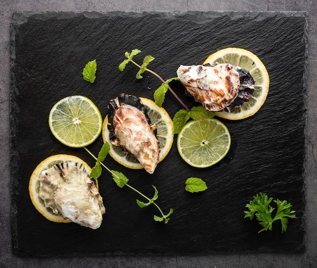 貝殻とレモンのビュー配置の上