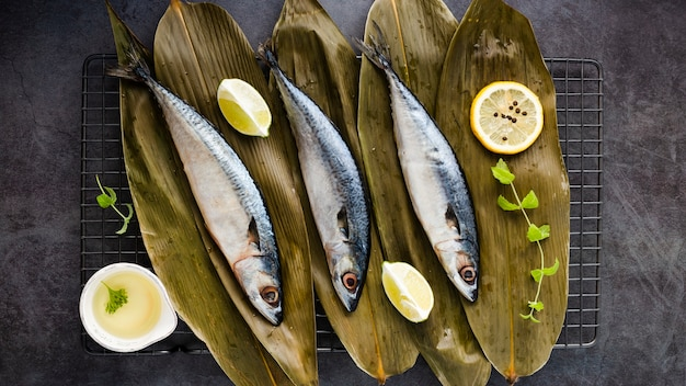 Плоская планировка с вкусной рыбой и лимонами