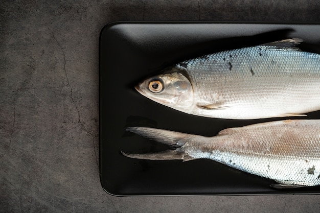 Выше вид украшения с рыбками в лотке