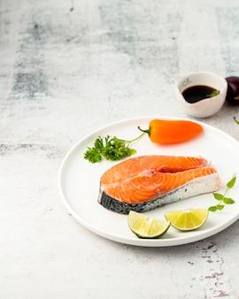おいしい魚とコショウで高角度の配置