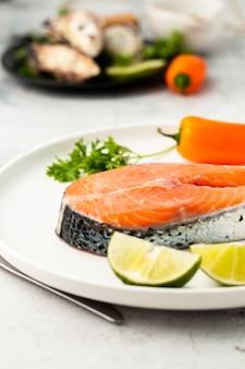 Высокий угол украшения с вкусной рыбой и перцем