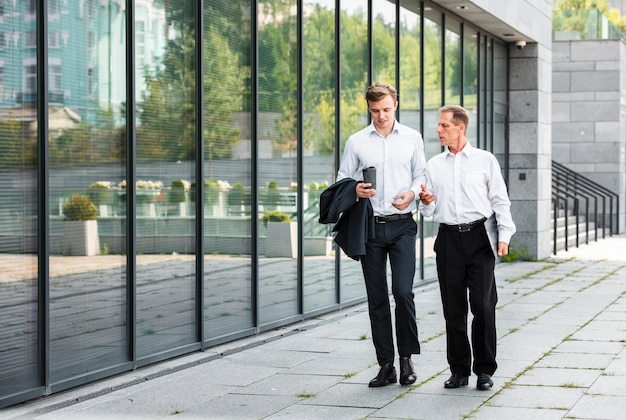建物の近くを歩くビジネスマン