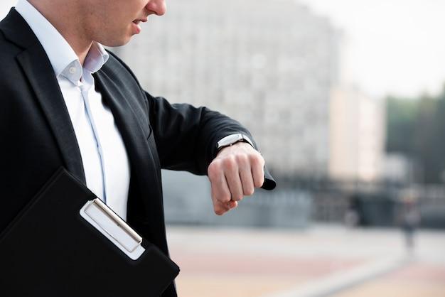 腕時計を見てクローズアップ実業家