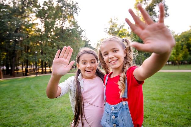 カメラに手を振っているかわいい女の子
