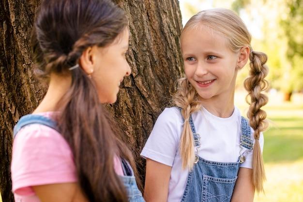 Юные друзья смотрят друг на друга