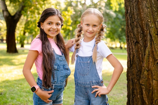 Две улыбающиеся девушки смотрят друг на друга