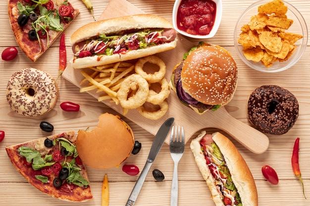 木製の背景の上に食べ物と平面図配置