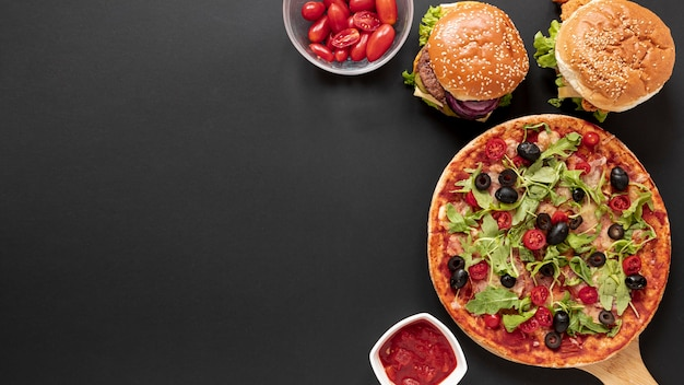 おいしい食べ物と黒の背景を持つトップビューフレーム