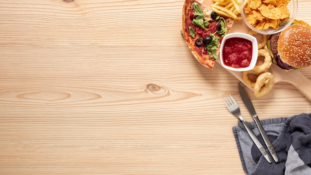 Выше ассортимент ассортимента с вкусной едой и копией пространства