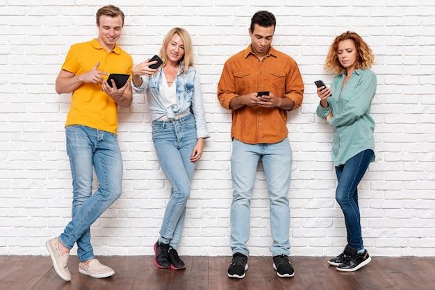 携帯電話を持つフロントビューの人々