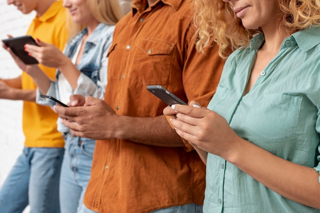 携帯電話を持つ友人のクローズアップグループ