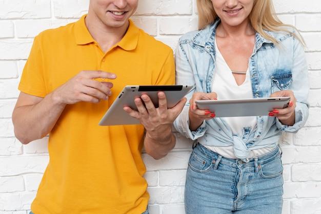 Молодая пара просматривает электронные устройства
