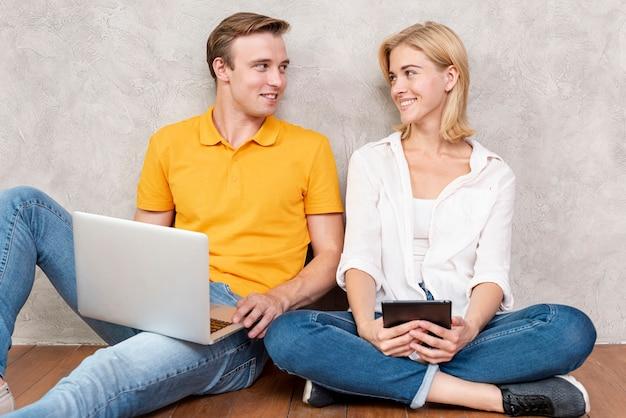 かわいいカップルに座って、お互いを見て