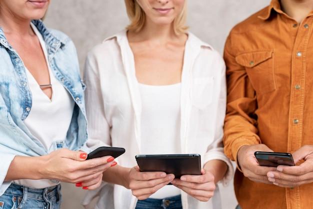Крупным планом люди используют свои телефоны