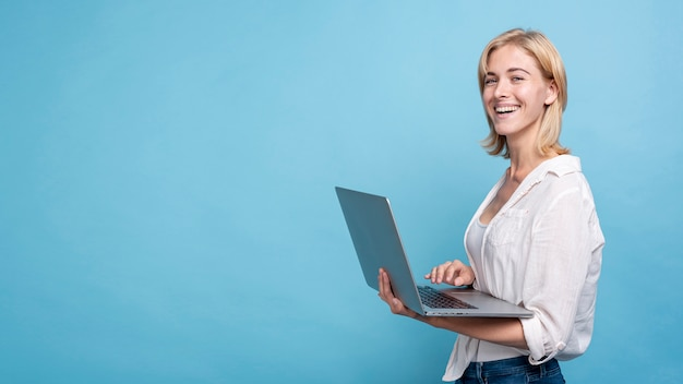 Счастливая молодая женщина держит тетрадь