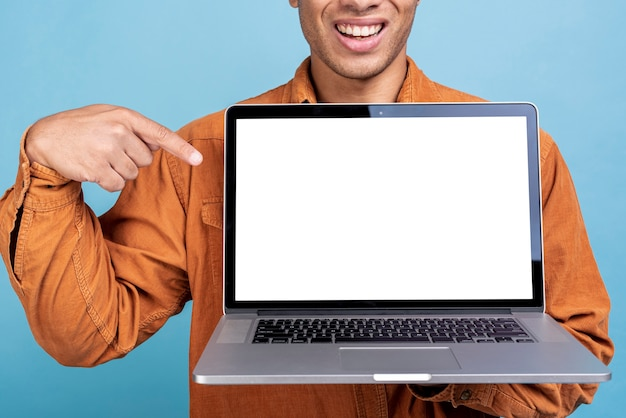 Смайлик молодой человек, показывая ноутбук