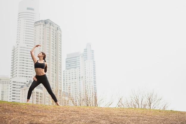 ロングショットフィット若い女の子トレーニング