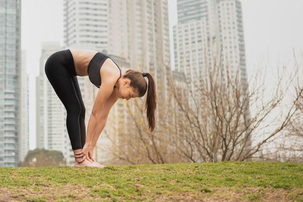 屋外で運動フィットネス若い女の子
