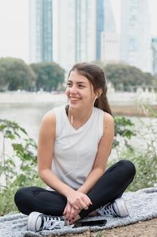 Вид спереди красивая молодая девушка улыбается