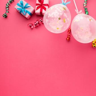 紙吹雪とピンクの背景のトップビューフレーム