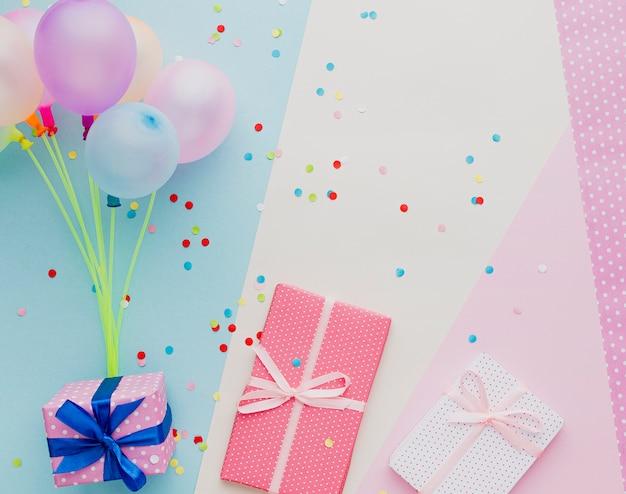 Выше вид украшения с воздушными шарами и подарками