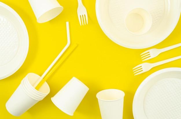 さまざまな白いプラスチック製使い捨て食器