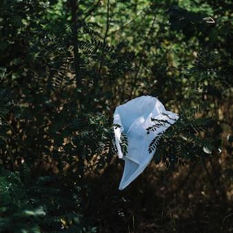 自然の中で白いビニール袋