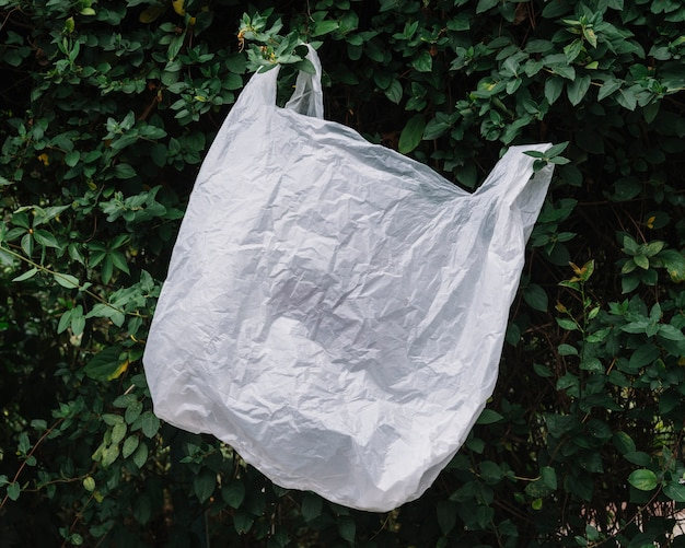 Пластиковая белая сумка на природе