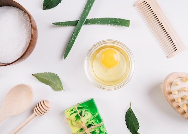 Экологически чистые продукты на белом фоне