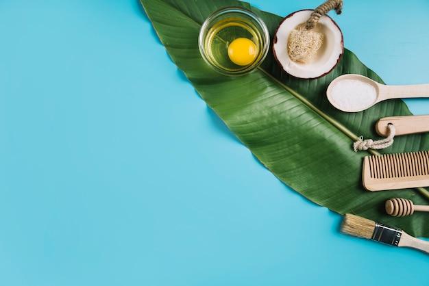 Экологически чистые продукты на зеленом листе с копией пространства
