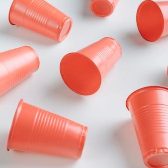 Высокий угол оранжевые пластиковые стаканчики