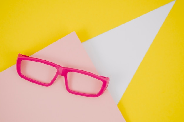 カラフルな背景にピンクの子供眼鏡